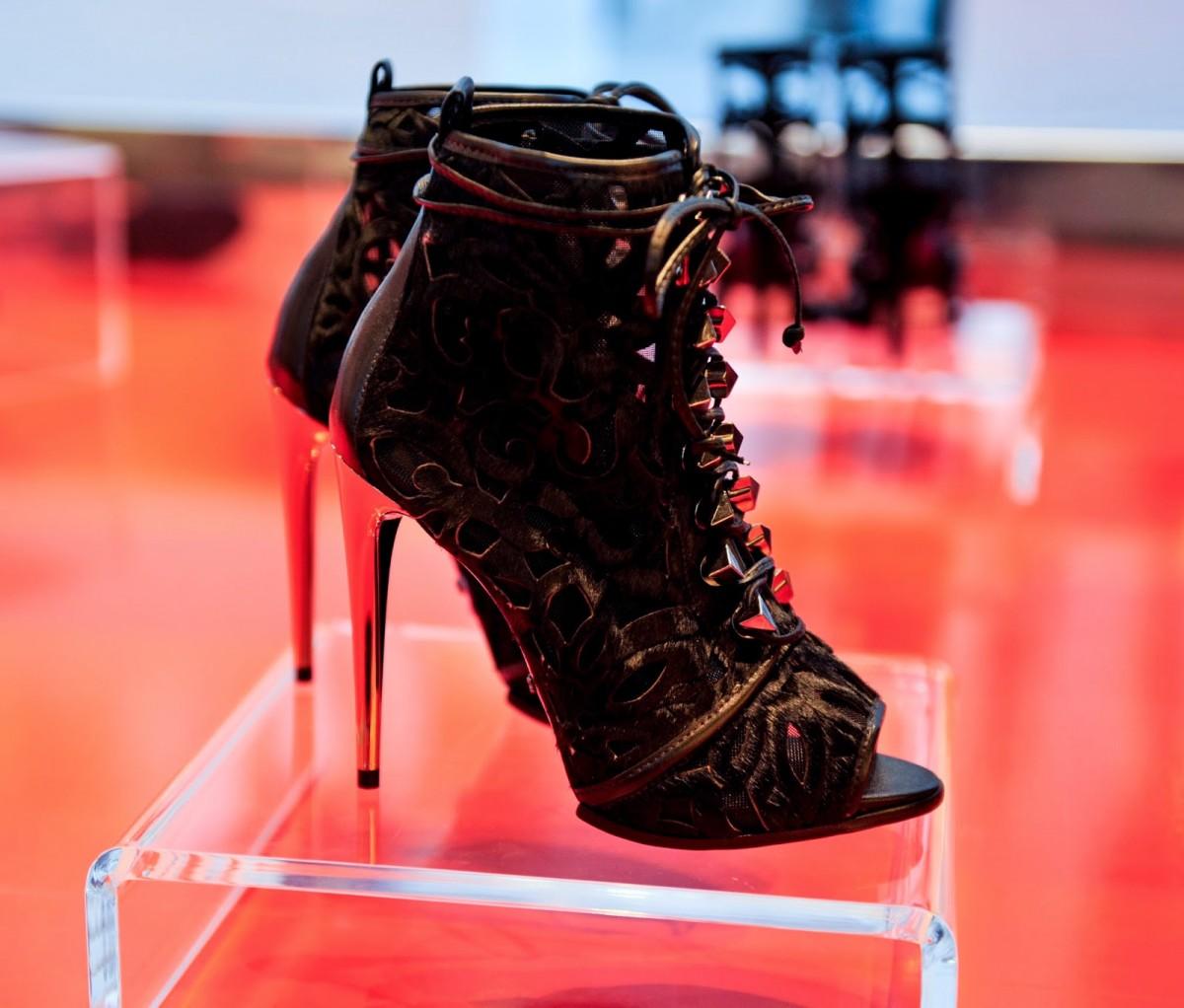 alessandra-ambrosio-schutz-heels